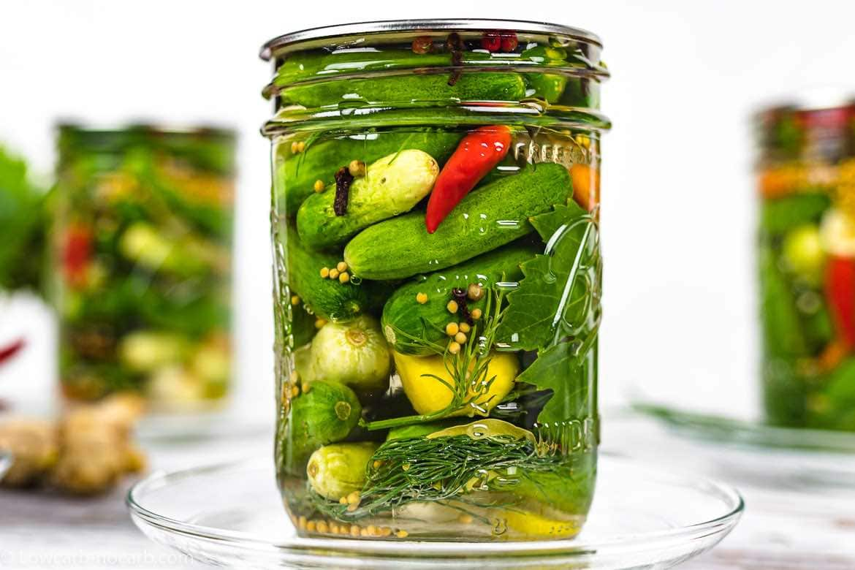 chilli peper in a keto fermented pickle jar