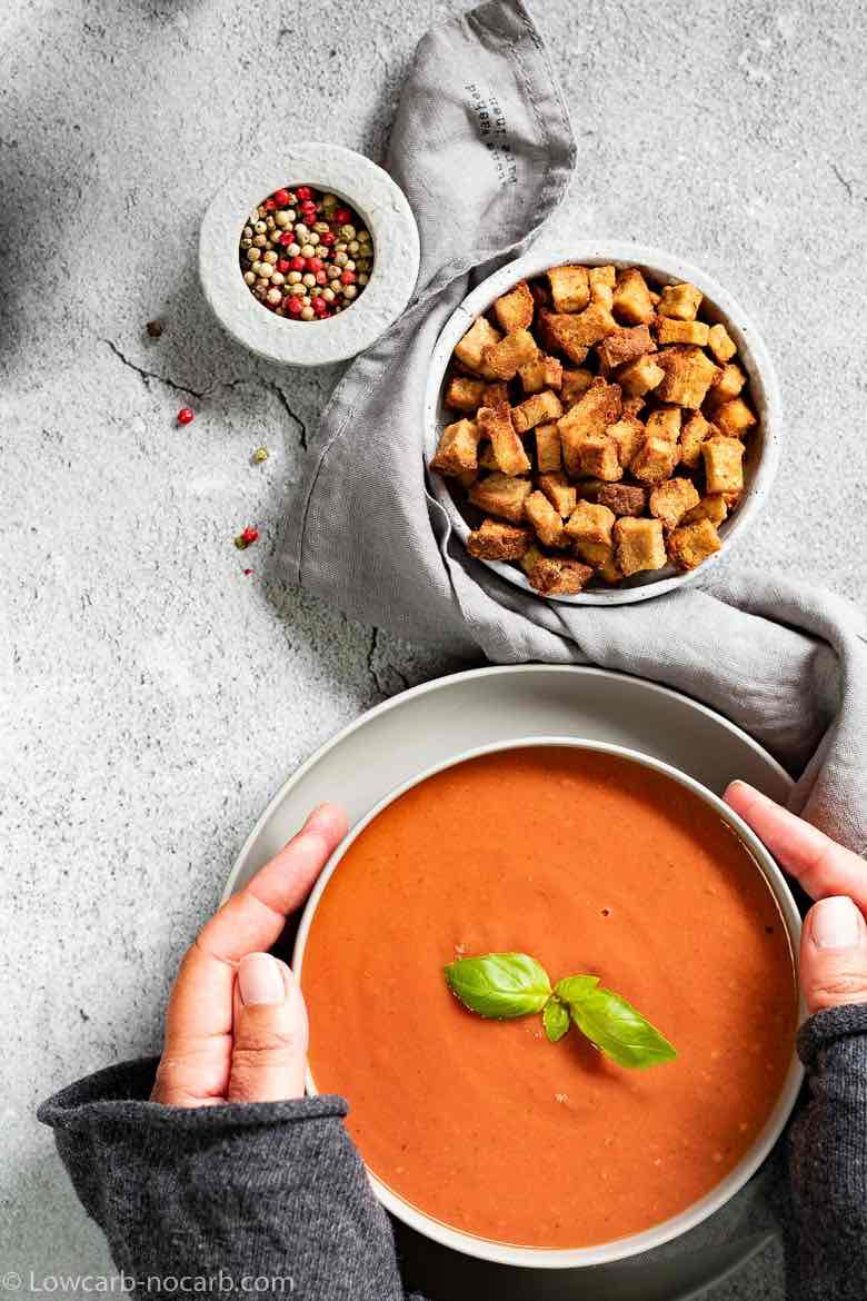 Low Carb tomato soup together with keto Croutons