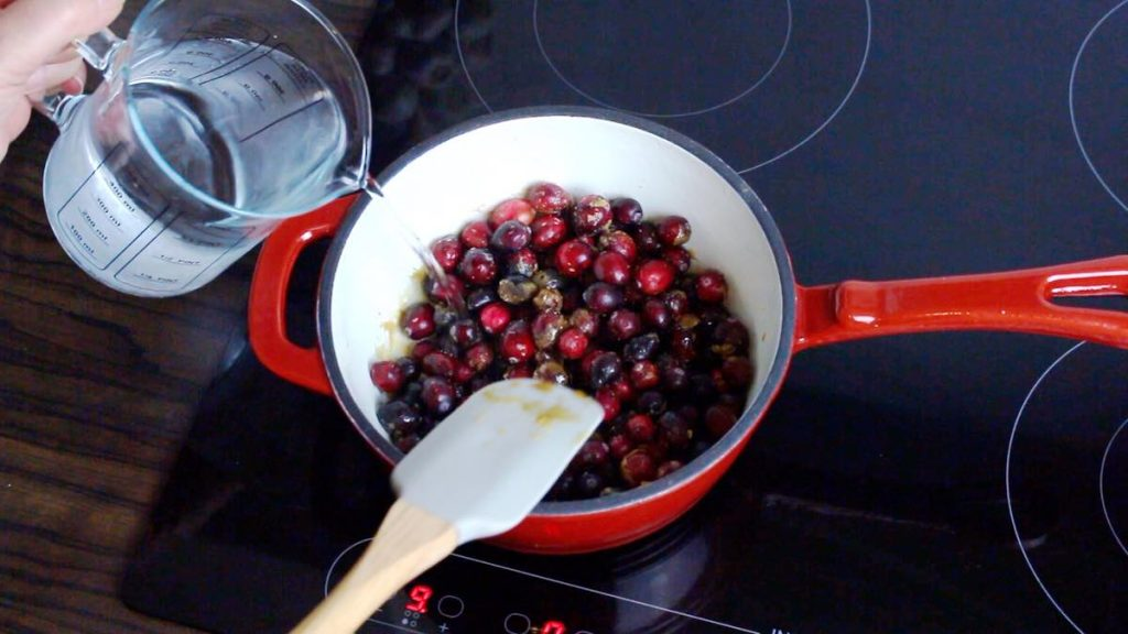 10 minutes Keto Cranberry Sauce poring water