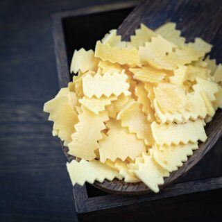 Ribbon Low Carb Pasta in a dark brown wooden box